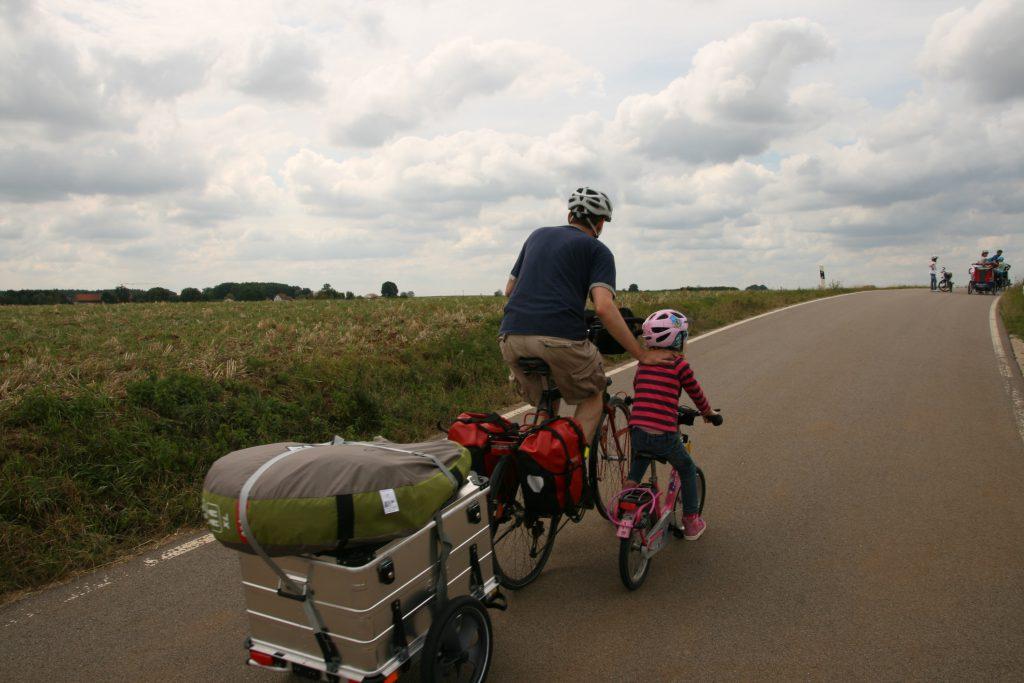 Radreise als Familie bergauf