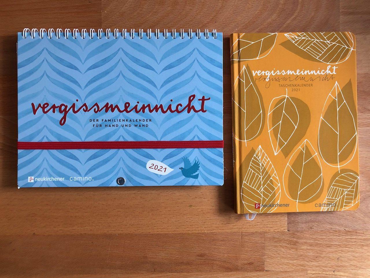 """Zeigt einen Taschenkalender und einen Familienkalender mit dem Titel """"vergissmeinnicht"""""""