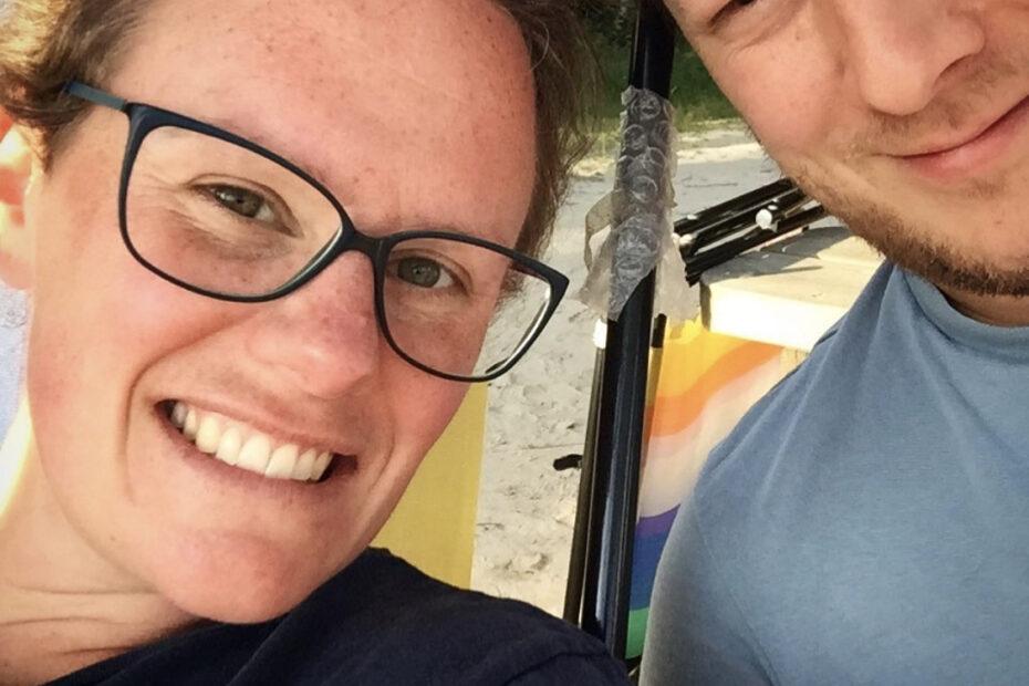 Liebe MamaDenkt. Selfie zweier Menschen, die strahlend in die Kamera blicken